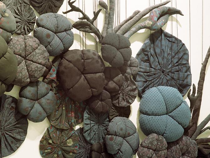 Fleurs / sculpture textile / Paris 2006 / photo Françis Peyrat